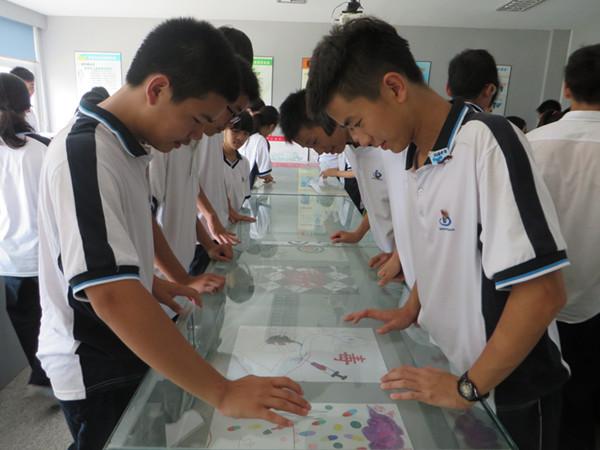 瓯海中学学生观看禁毒漫画
